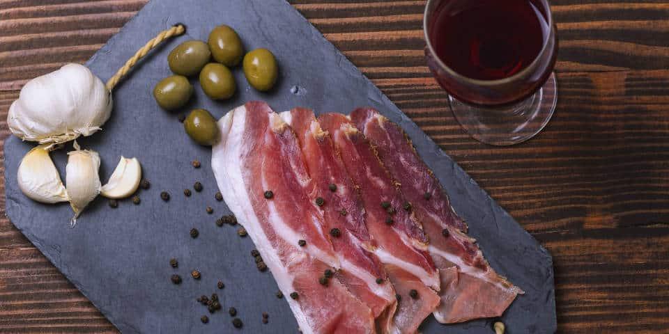 Прошутто с оливками и вином