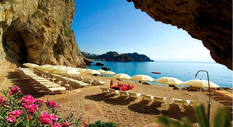 У отеля Capotaormina есть собственный частный пляж в Таормине