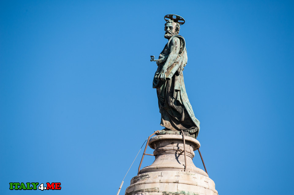 статуя апостола Петра на колонне Траяна в Риме