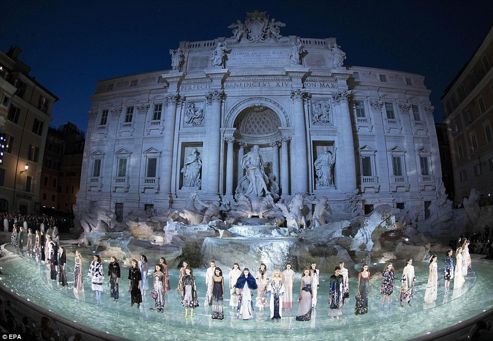 Fendi показ новой коллекции на фонтане Треви в Риме в 2016 году