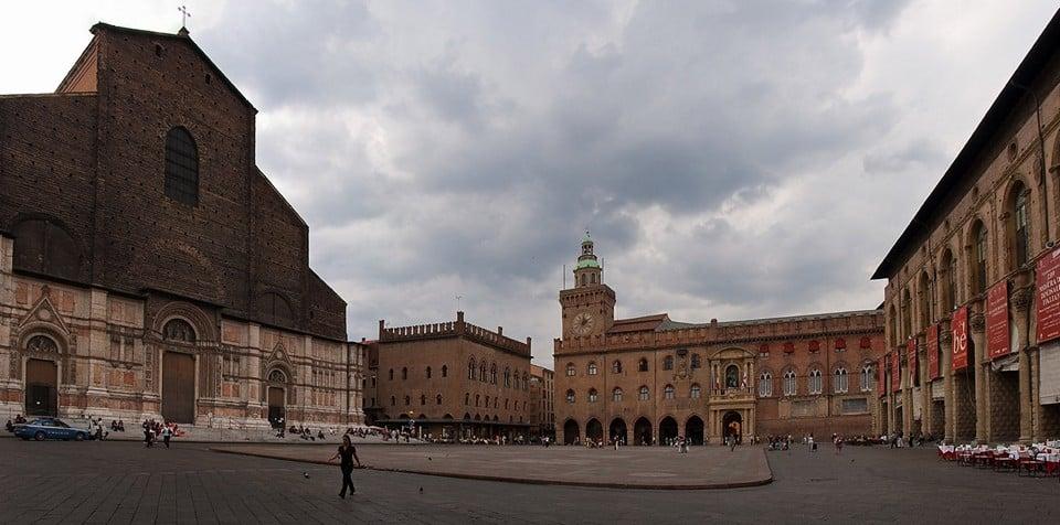центральной площадью Болоньи
