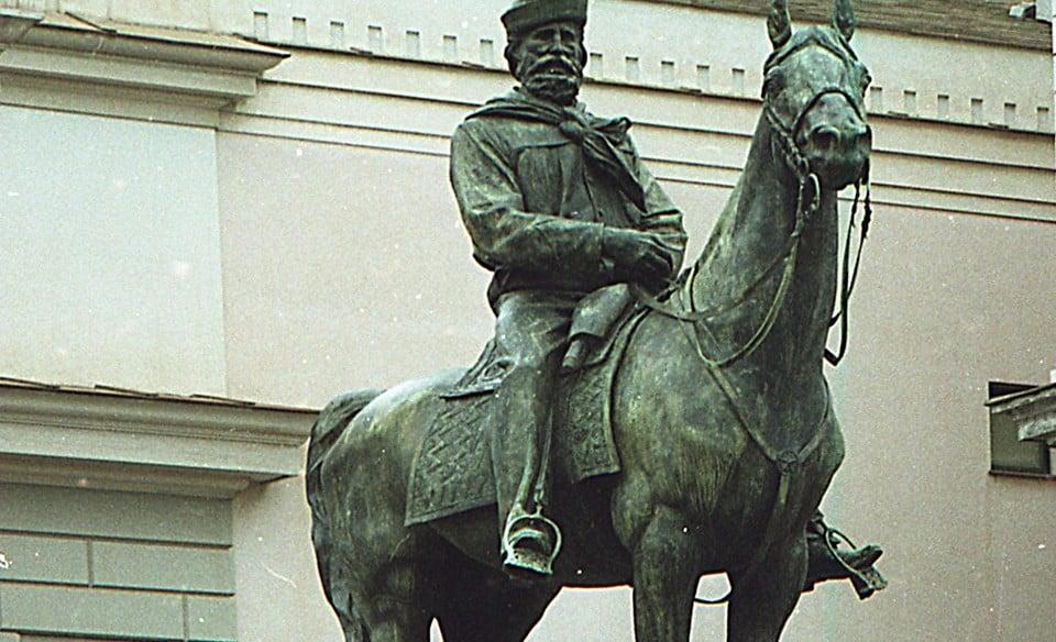 монумент Джузеппе Гарибальди на коне