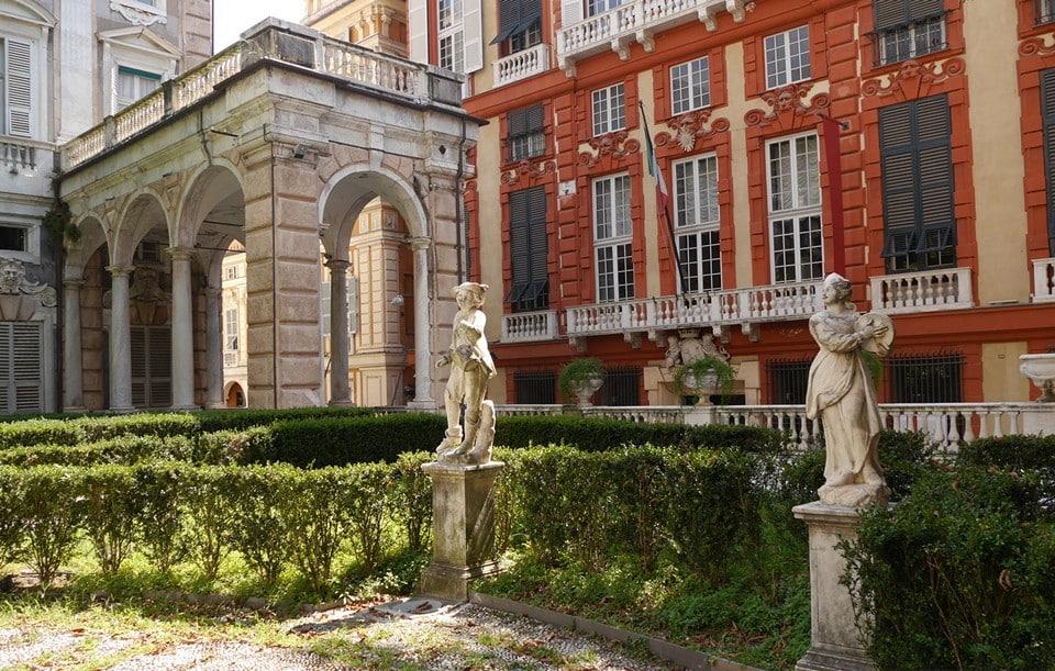 Вид на палаццо Россо с террасы палаццо Бьянко