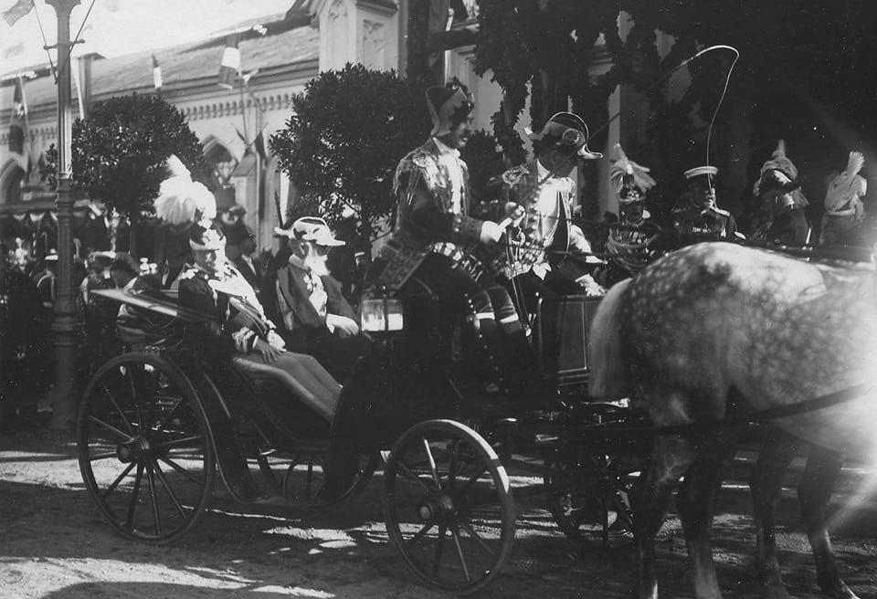 король Виктор Эммануил III и сопровождающие его лица