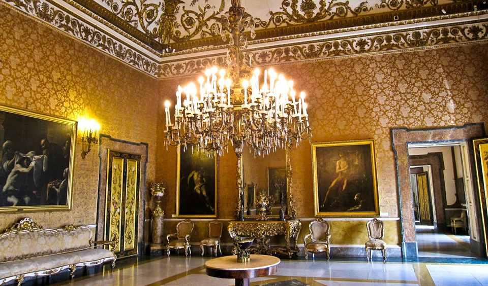 Один из залов в королевском дворце Неаполя
