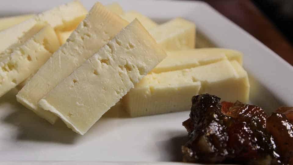 Молодой сыр нарезают ломтиками и подают к столу