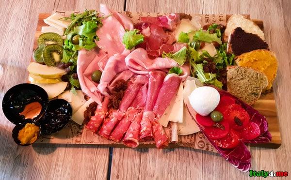 Сыры и мясные итальянские деликатесы в ресторане Bottega Fienaroli в Риме