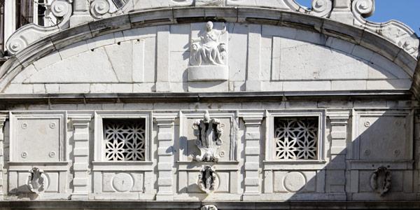 Фамильный герб Марино Гримани на фасаде моста Вздохов в Венеции