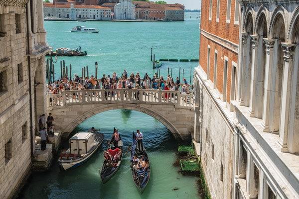 Вид на Венецию изнутри моста Вздохов
