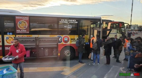 остановка автобусов в аэропорту Бергамо