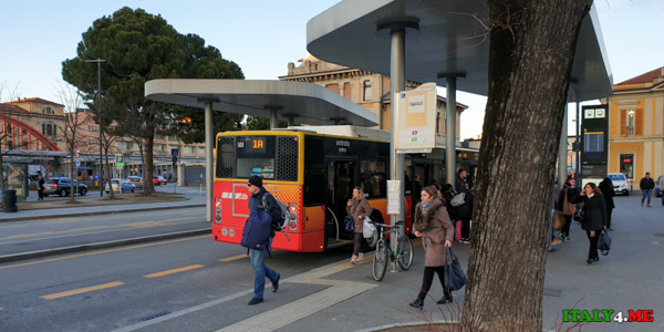 Остановка автобусов рядом с центральным железнодорожным вокзалом города Бергамо