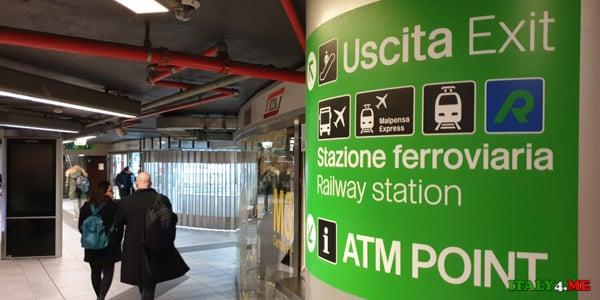 Указатель на выходе из метро на центральном вокзале Милана
