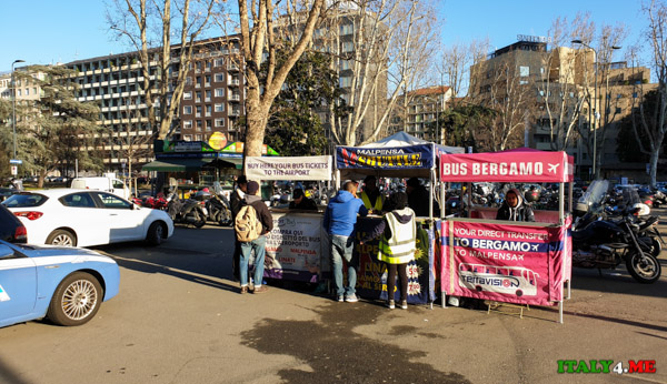 Киоск по продаже автобусных билетов в аэропорт рядом с центральным вокзалом Милана