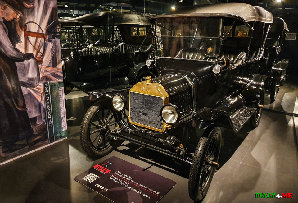 FORD T 1916 года первый массовый автомобиль Генри Форда черного цвета