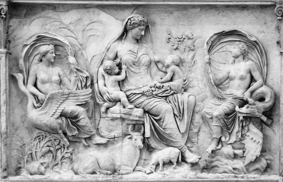 Богиня Земли Теллус на левом рельефе Алтаря Мира(Ara Pacis) в Риме