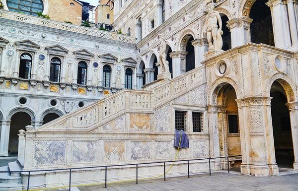 Лестницу Гигантов в Палаццо Дожей украшают статую Нептуна и Марса