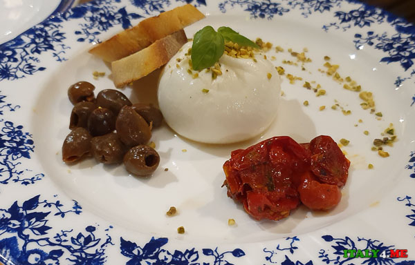 сыр Буррата (Burrata) в ресторане в Риме