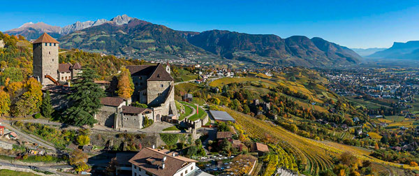 Средневековый замок Тироло в Доломитовых Альпах