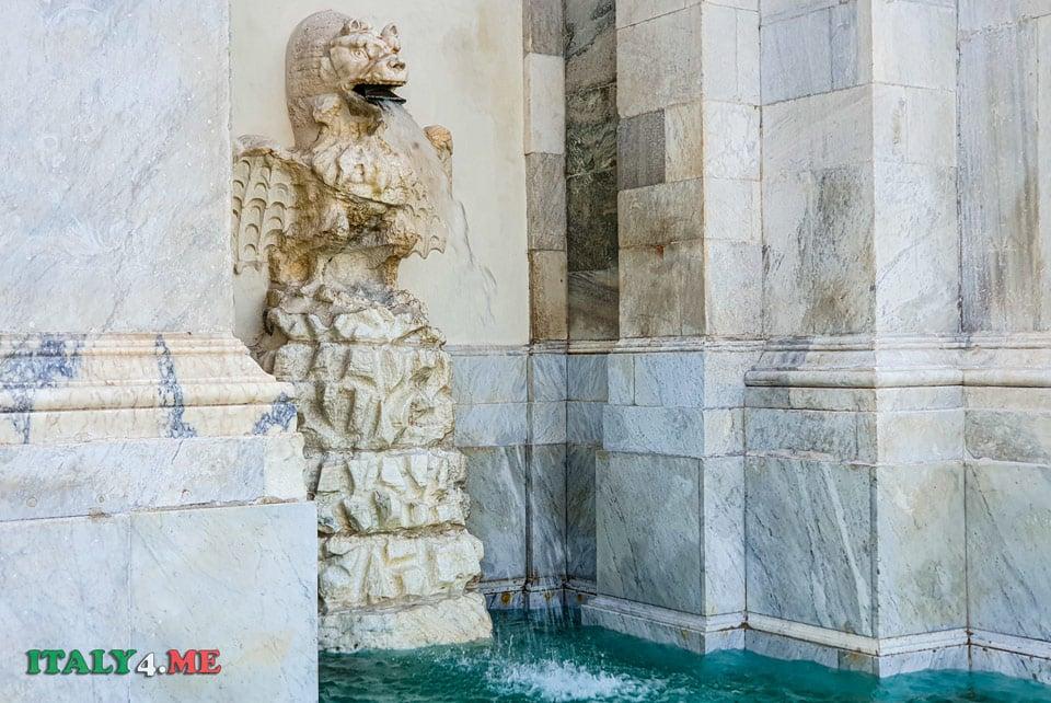 Скульптура дракона на фонтане Аква Паола в Риме
