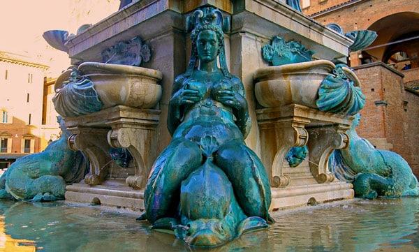 Женские статуи на фонтане Нептуна в Болонье