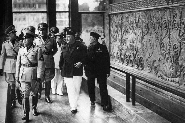 Муссолини у Алтаря мира в Риме