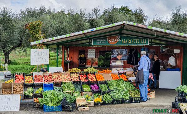Фермерская лавка у дороги с местными продуктами в регионе Лацио
