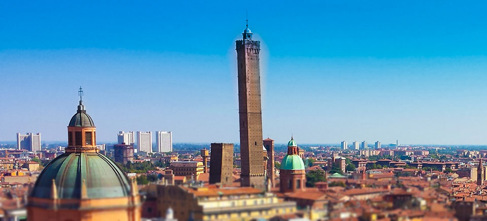 2 падающие башни в Болонье