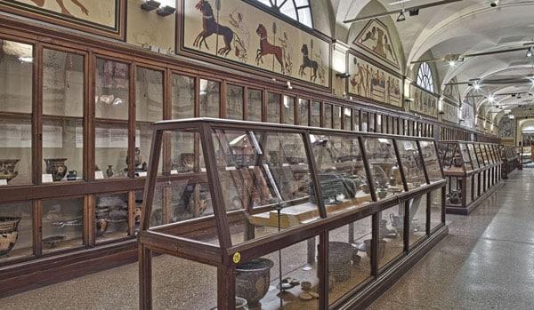 Экспонаты в Греческом зале Городского археологического музея Болоньи