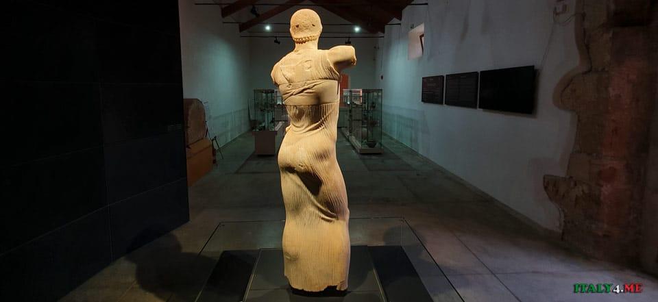 Скульптура Юноша из Мотии в музее Джозефа Уитакера на Сицилии