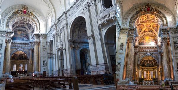 Интерьер собора святого Петра в Болонье