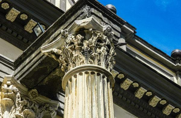 Колонны древнего храма Диоскуров в базилике Сан-Паоло Маджоре в Неаполе