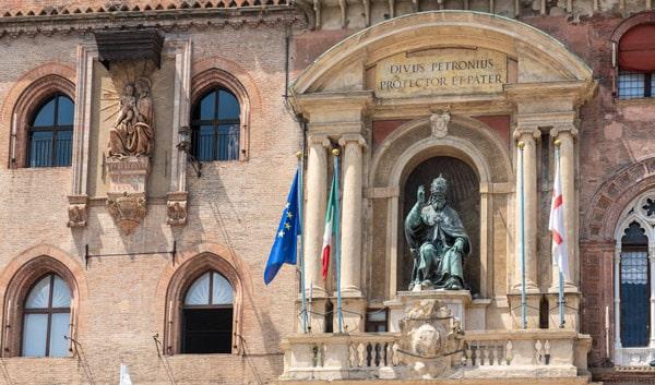 Фасад дворца Коммуны в Болонье