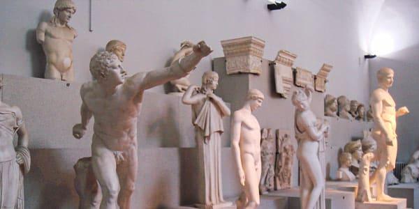 Древние статуи в городском археологическом музее Болоньи