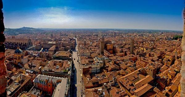 Панорама Болоньи вид с падающей башни Азинелли