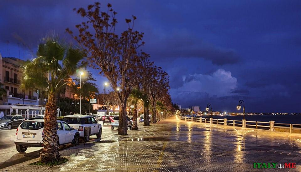 Парковка в в Мадзара-дель-Валло на набережной
