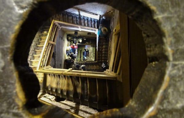 Ступеньки внутри падающей башни Азинелли в Болонье, подъём наверх