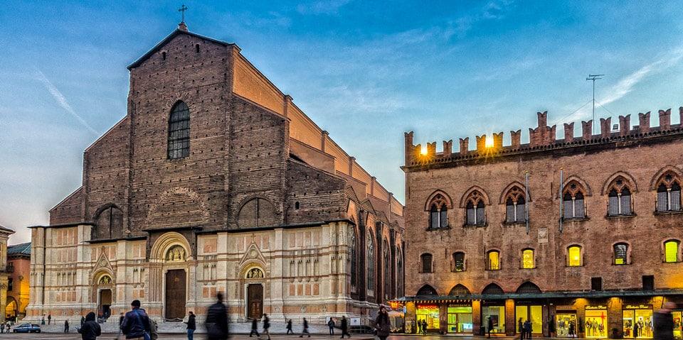Фасад из белого и красного мрамора базилика святого Петрония в Болонье