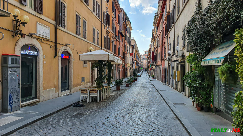 улица Via della Vite с закрытыми ресторанами и магазинами