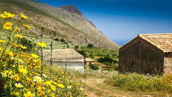 деревня Borgo Cusenza в заповеднике Зингаро