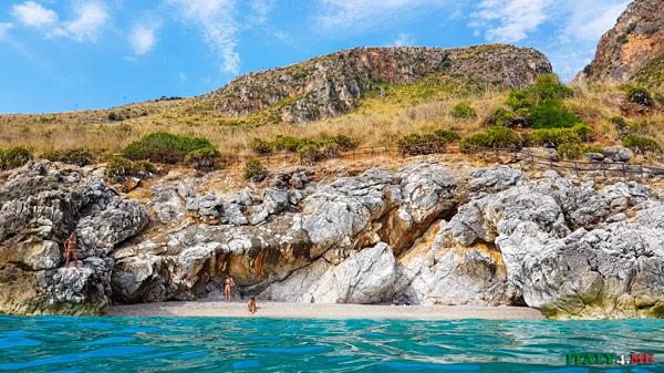 пляж в заповеднике Зингаро