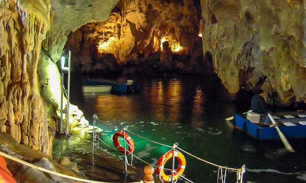 Изумрудный Грот (Grotta dello Smeraldo) на побережье Амальфи