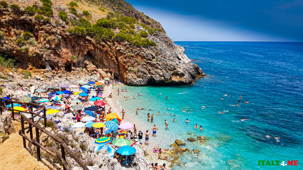 11 утра, в июле бухта Capreria толпа отдыхающих на пляже