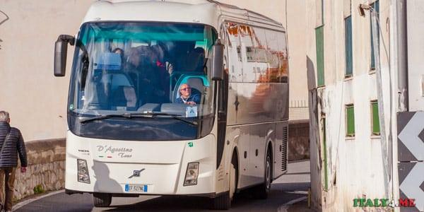 Автобус едет по серпантину Амальфитанского побережья
