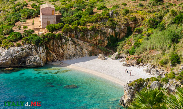 пляж пляжа Кале Тоннарелла дель Уззо (Cala Tonnarella dell'Uzzo) в заповеднике Зингаро