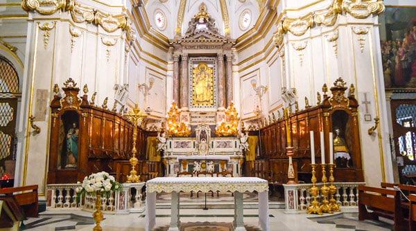 Алтарь церкви Санта-Мария-Ассунта в Позитано