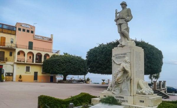 Монумент погибшим воинам в Джардини Наксос