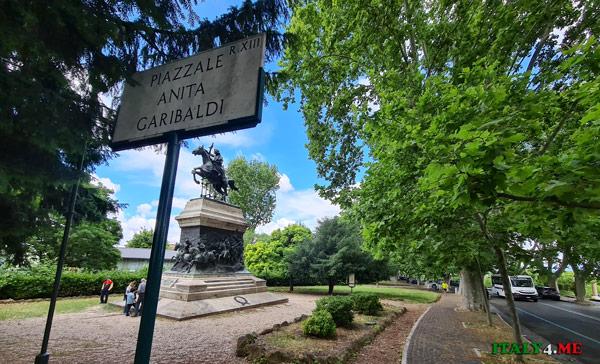 Памятник Аните Гарибальди в Риме находится на Piazzale Anita Garibaldi