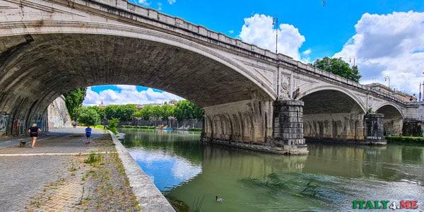 Мост Умберто I в Риме вид с набережной Тибра