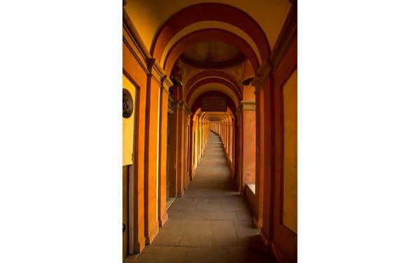 Портик с колоннами ведущий святилищу Мадонна-ди-Сан-Люка в Болонье