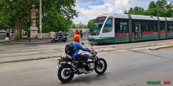 Трамвай N8 в Риме едет по мосту Гарибальди в район Трастевере